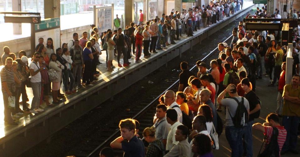19.fev.2013 - Passageiros dos trens da CPTM enfrentam problemas nas estações da linha 9-Esmeralda (Osasco-Grajaú) em São Paulo