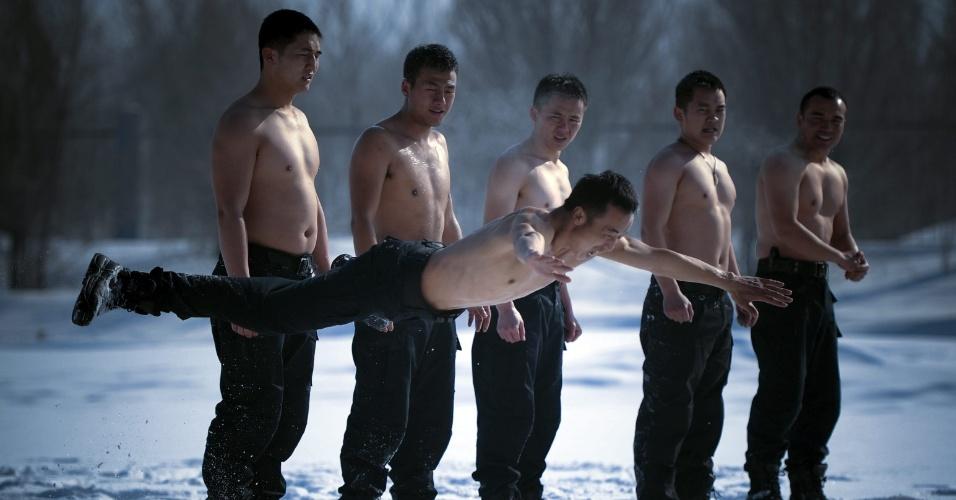 19.fev.2013 - Policiais participam de treinamento em Urumqi, na região autônoma chinesa de Xinjiang Uygur