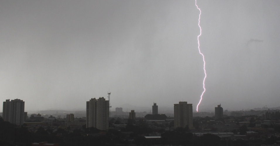 19.fev.2013 - Um raio corta o céu da zona oeste de São Paulo. Uma forte chuva atingiu diversas regiões da cidade na tarde desta terça-feira (19)