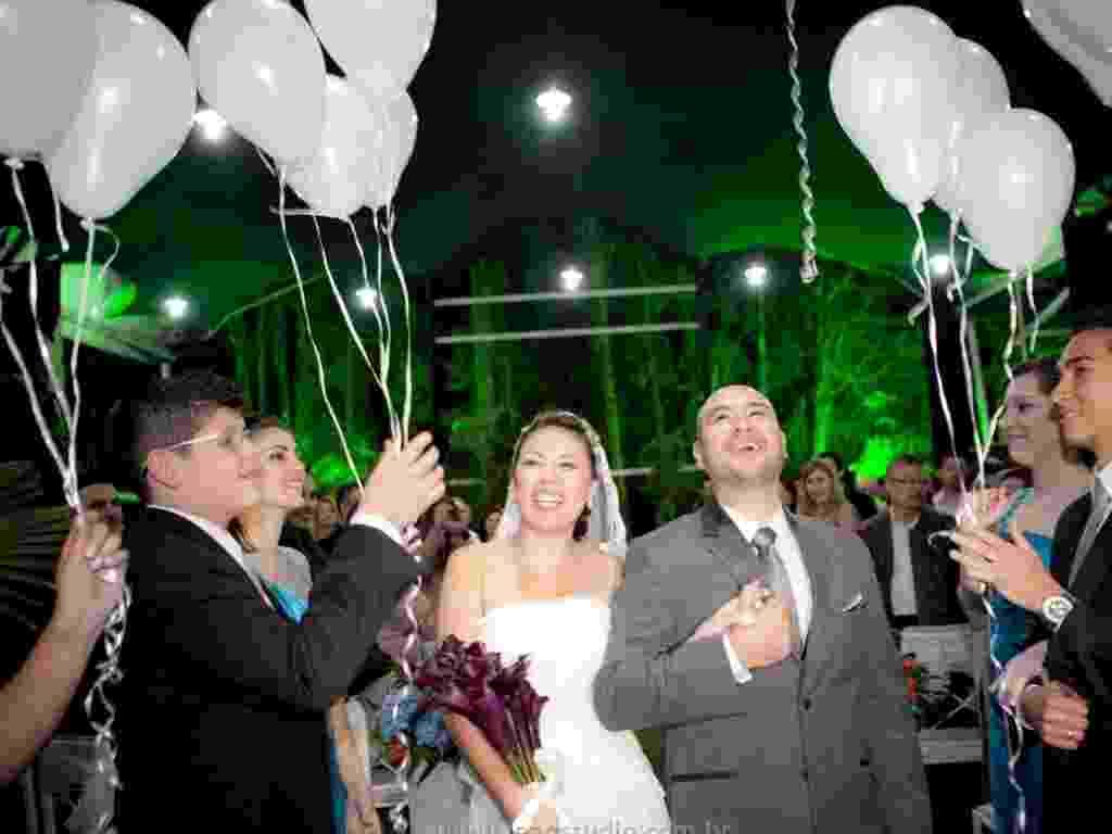 Lúdicos, balões alegram o fim da cerimônia e enfeitam o ambiente. Em formato de coração, os balões ainda criam um efeito romântico - Leão Studio/Divulgação