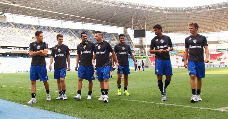 Jogadores do Grêmio caminham no gramado do Engenhão antes da partida contra o Fluminense pela Libertadores (19/02/2013)