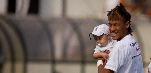 Neymar com o filho Davi; pastor minimiza craque não ter se casado com mãe do garoto - Ricardo Nogueira/Folhapress