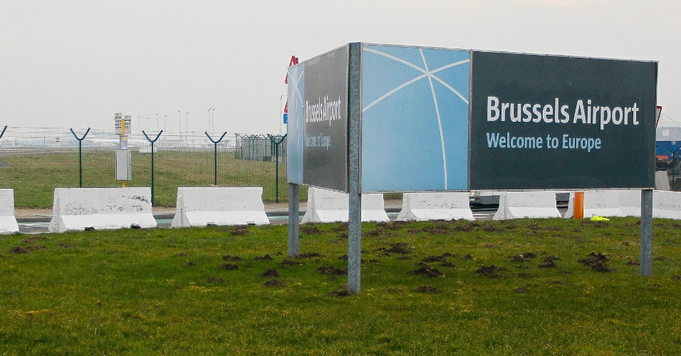Placa de boas-vindas sinaliza campo do aeroporto de Bruxelas, na Bélgica, onde ladrões roubaram uma carga de diamantes avaliados em 350 milhões de euros