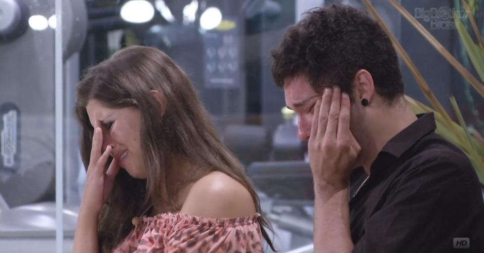 19.fev.2013 - Andressa e Nasser choram durante a eliminação do amigo Ivan, que deixa o