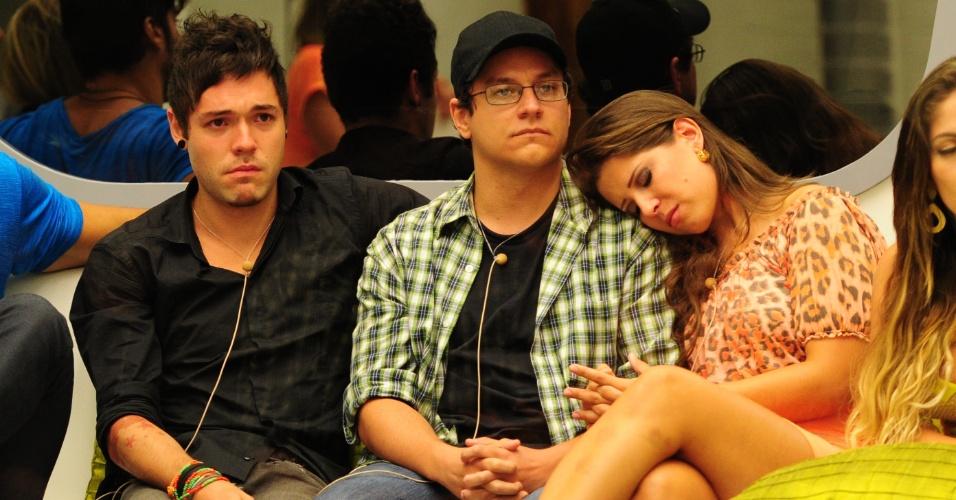 19.fev.2013 - Andressa se apoia no ombro de Ivan momentos antes da eliminação do professor