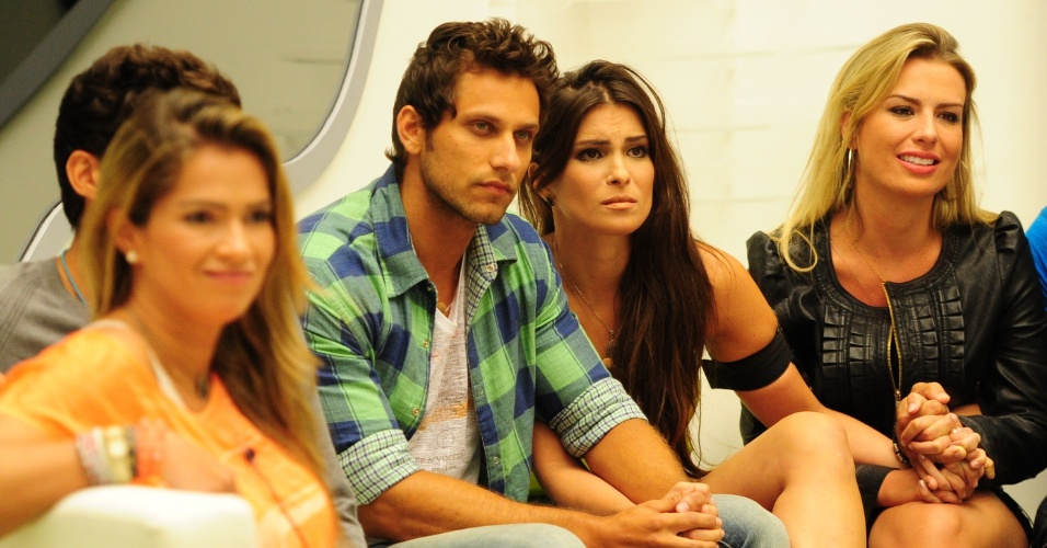 19.fev.2013 - Eliéser e Kamilla ouvem atentamente ao discurso da eliminação de Bial