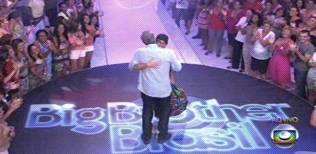 19.fev.2013 - Ivan recebe abraço de Pedro Bial após deixar o