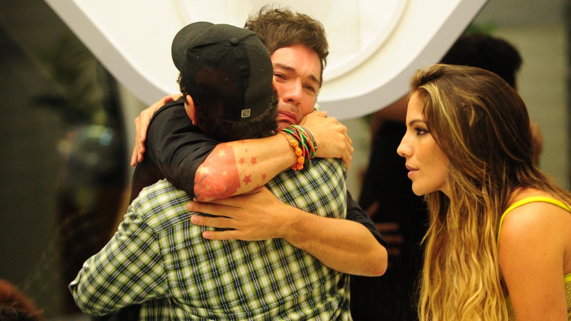 19.fev.2013 - Nasser abraça o amigo Ivan e Anamara observa a dupla