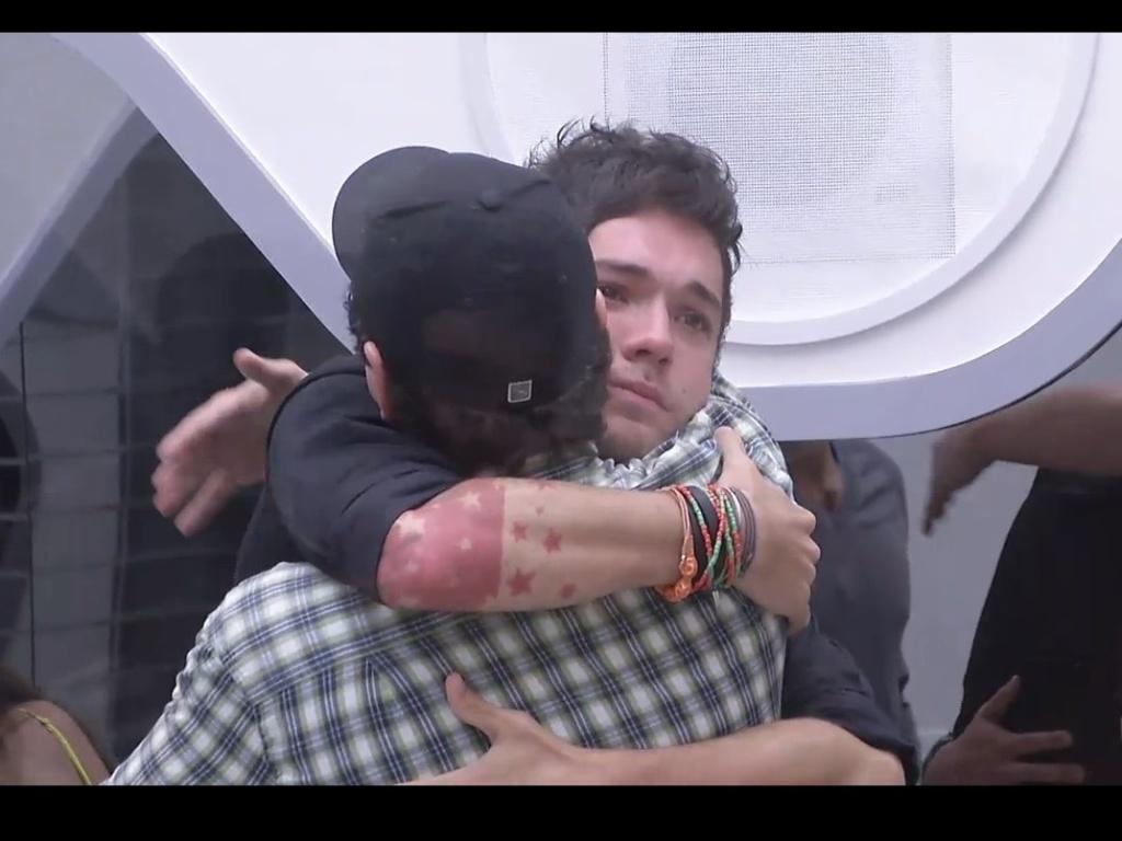 19.fev.2013 - Nasser chora ao se despedir de Ivan, que foi eliminado com 48% dos votos