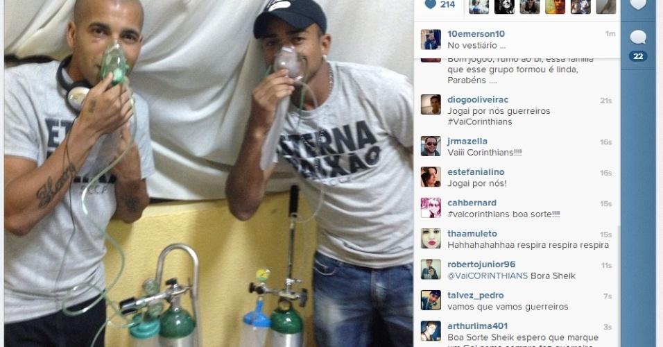 20.02.2013 - Emerson Sheik usa os cilindros de oxigênio do Corinthians junto com Jorge Henrique no vestiário de Oruro, na Bolívia