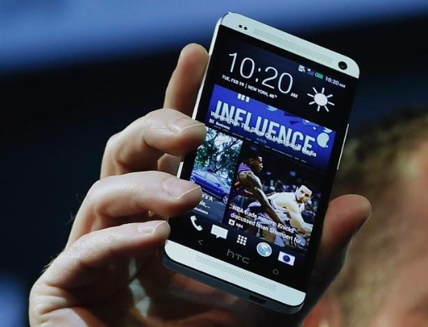 20.fev.2012 - Mais um smartphone Android chega ao mercado, mas com um toque diferente. O HTC One, apesar de usar JellyBean (4.1), é diferente de seus concorrentes por trazer uma tela inicial com ícones diferentes do padrão do sistema do Google