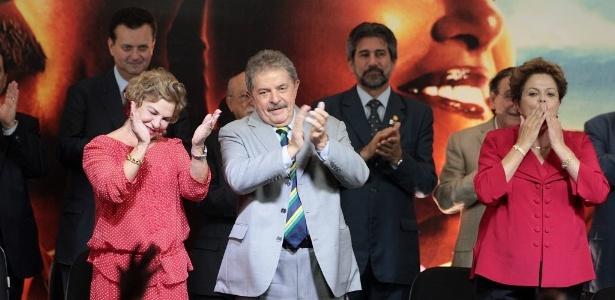 A ex-primeira-dama, Marisa Letícia, o ex-presidente Luiz Inácio Lula da Silva e a presidente Dilma Rousseff na festa do PT; ao fundo, o ex-prefeito de São Paulo Gilberto Kassab - Jorge Araujo/Folhapress
