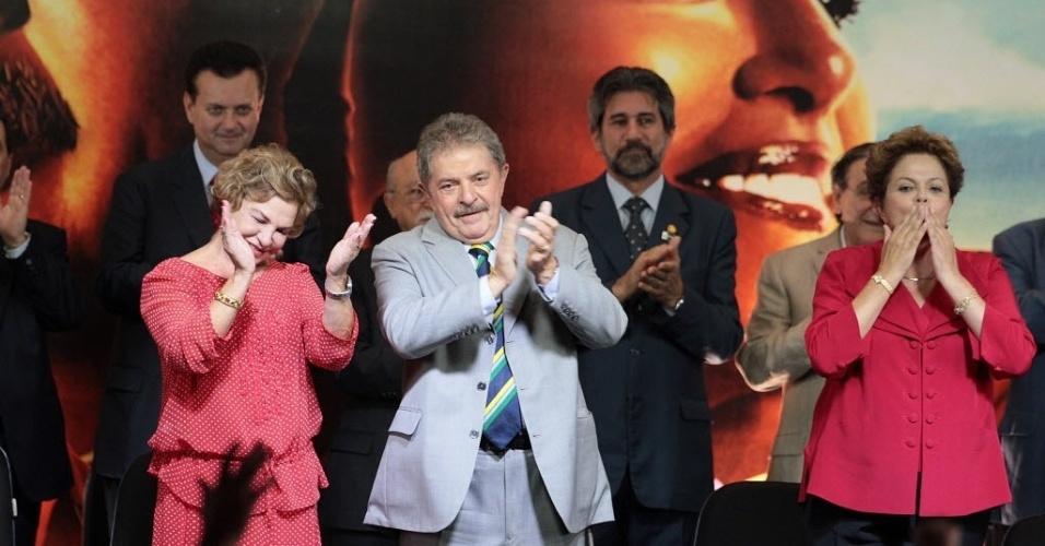 20.fev.2013 - A ex-primeira-dama, Marisa Letícia, o ex-presidente Luiz Inácio Lula da Silva e a presidente Dilma Rousseff participam nesta quarta-feira (20) da festa de comemoração dos dez anos do PT no governo, realizada no hotel do parque Anhembi, na  zona norte de São Paulo