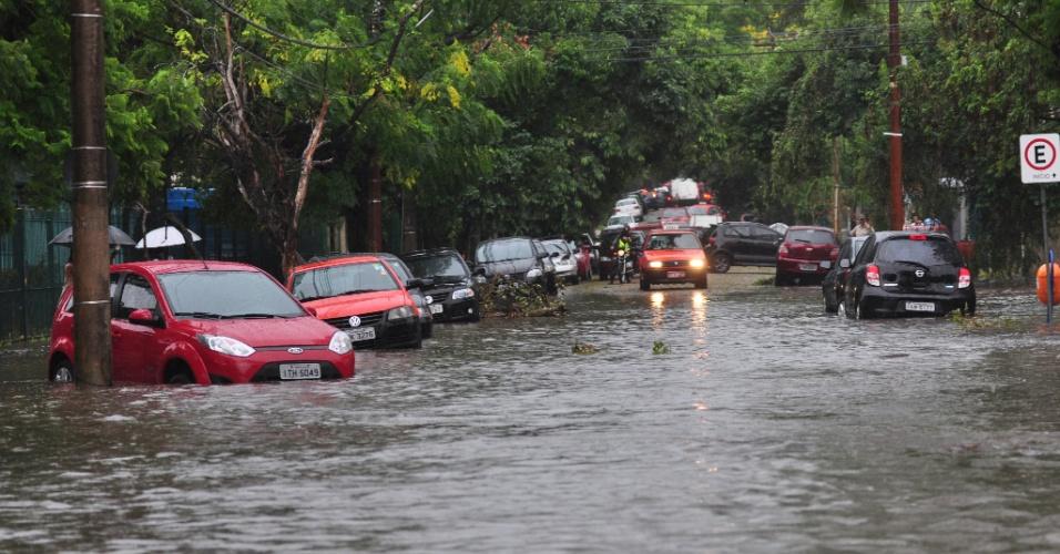 20.fev.2013 - A rua São Manoel, em Porto Alegre, ficou alagada depois da chuva forte na tarde desta quarta-feira (20). Diversas vias da cidade também ficaram alagadas. Um taxista morreu na rua Voluntários da Pátria por causa do alagamento, após não ter conseguido sair do carro, segundo a polícia