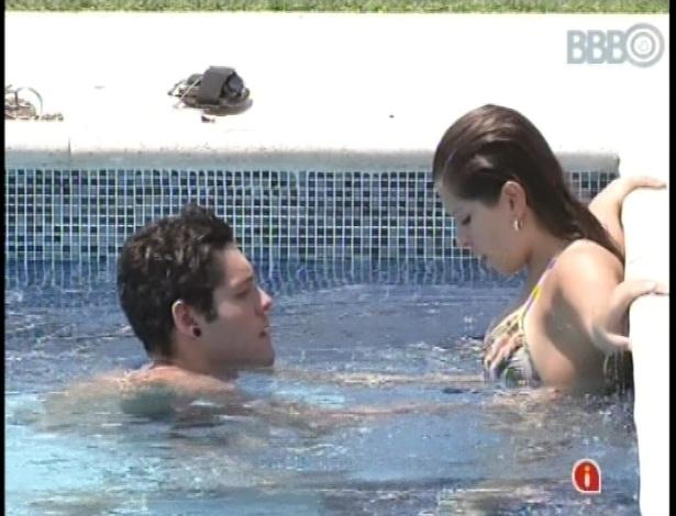 20.fev.2013 - Ainda chateados com a eliminação de Ivan, Andressa e Nasser se refrescam na piscina
