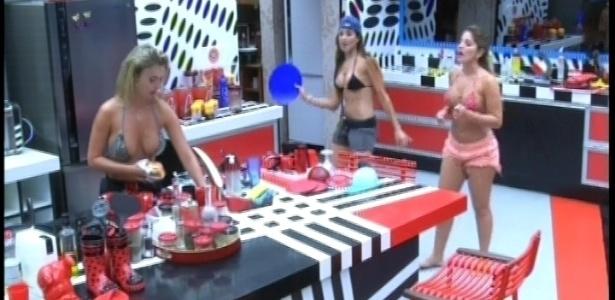 20.fev.2013 - Anamara, Kamilla e Fernanda cantam e dançam juntas na cozinha enquanto arrumam a louça do almoço