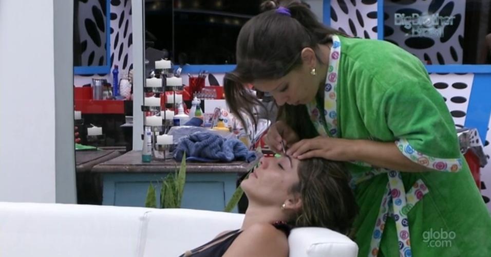 20.fev.2013 - Andressa tira a sobrancelha de Anamara na sala