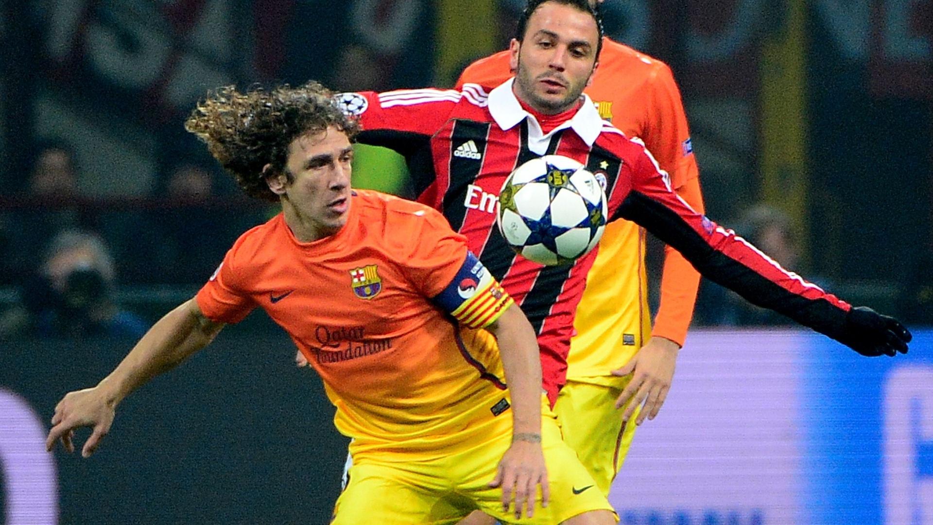 20.fev.2013 - Atacante Pazzini, do Milan, disputa bola com o zagueiro Puyol, do Barcelona