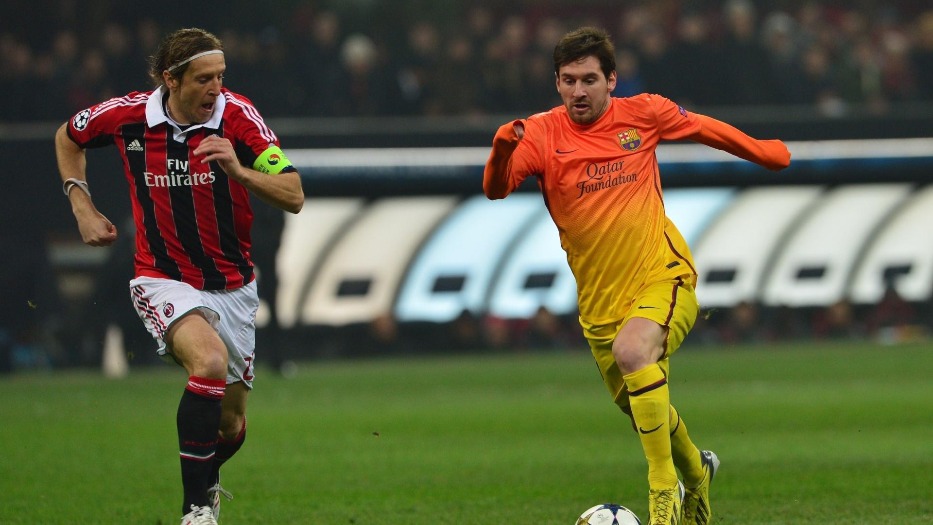 20.fev.2013 - Craque do Barcelona, Messi arranca com a bola marcado de perto por Ambrosini, do Milan, em partida das oitavas da Liga dos Campeões