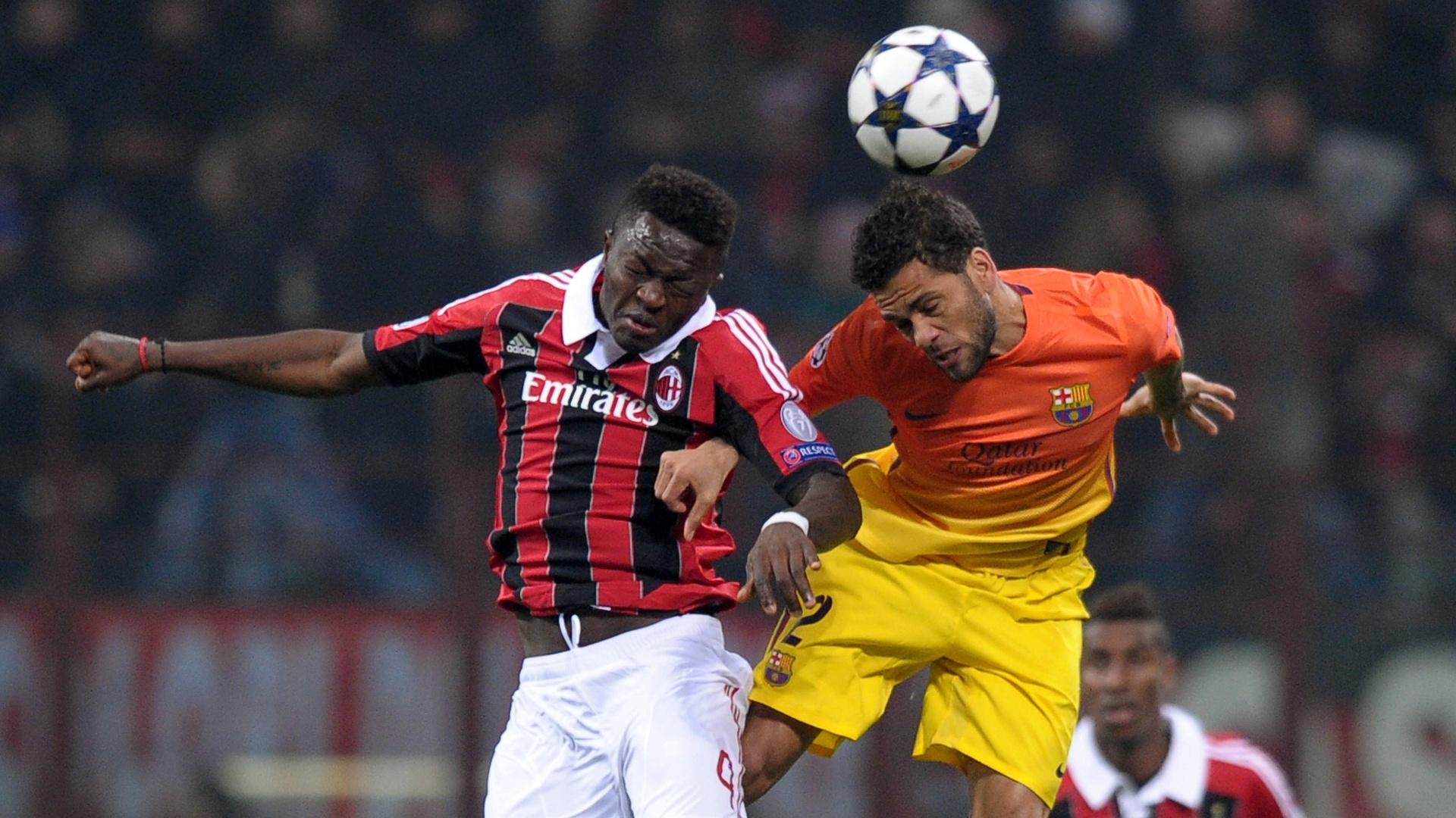 20.fev.2013 - Daniel Alves (dir.), lateral do Barcelona, disputa bola com Muntari, do Milan