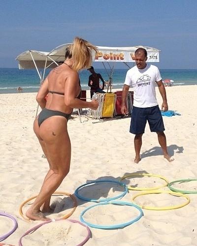 20.fev.2013 - Depois de alcançar o corpo desejado, Cristina Mortágua investe nos exercícios aeróbicos para manter a forma. A ex-modelo divulgou uma imagem em que aparece saltando entre bamboles na praia