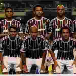 20.fev.2013 - Equipe do Fluminense perfilada no gramado do Engenhão antes da partida contra o Grêmio - AFP PHOTO / Nelson ALMEIDA