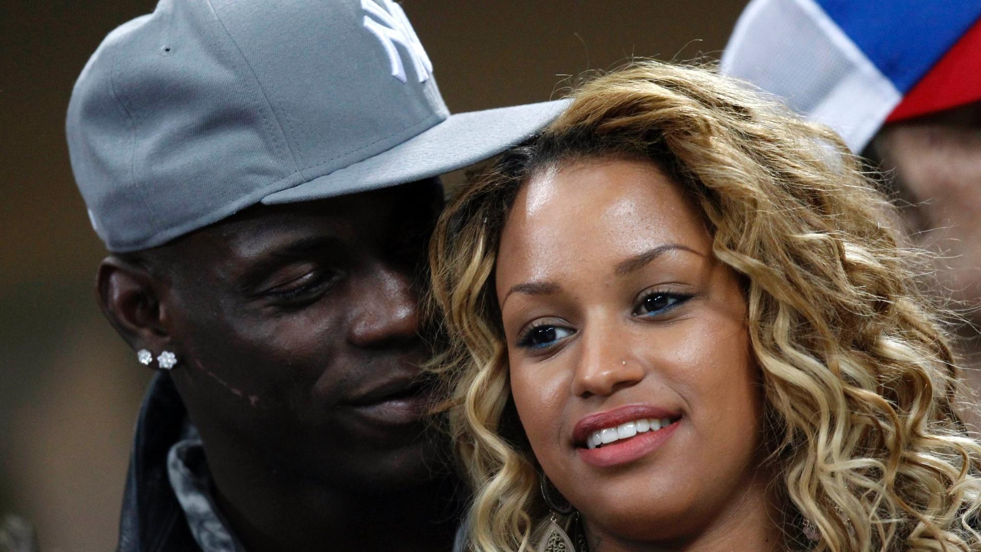 20.fev.2013 - Fora da partida, o atacante Balotelli, do Milan, torce ao lado de sua namorada, a modelo Fanny Robert Neguesha
