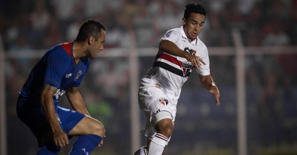 20.fev.2013 - Jadson, meia do São Paulo, protege a bola contra marcação de jogador do São Caetano