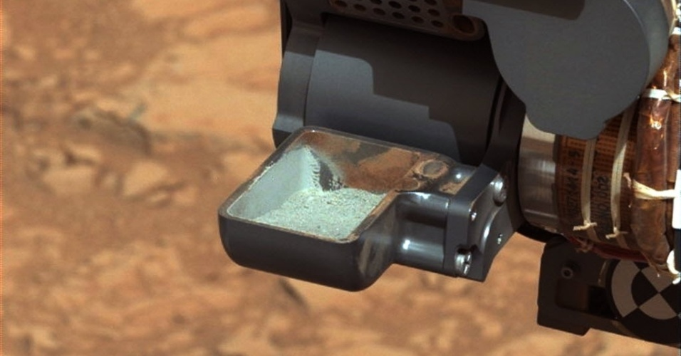 20.fev.2013 - Jipe-robô Curiosity, da Nasa, mostra a primeira amostra de rocha em pó extraída de Marte, após perfuração do solo. A imagem foi divulgada nesta quarta-feira (20)
