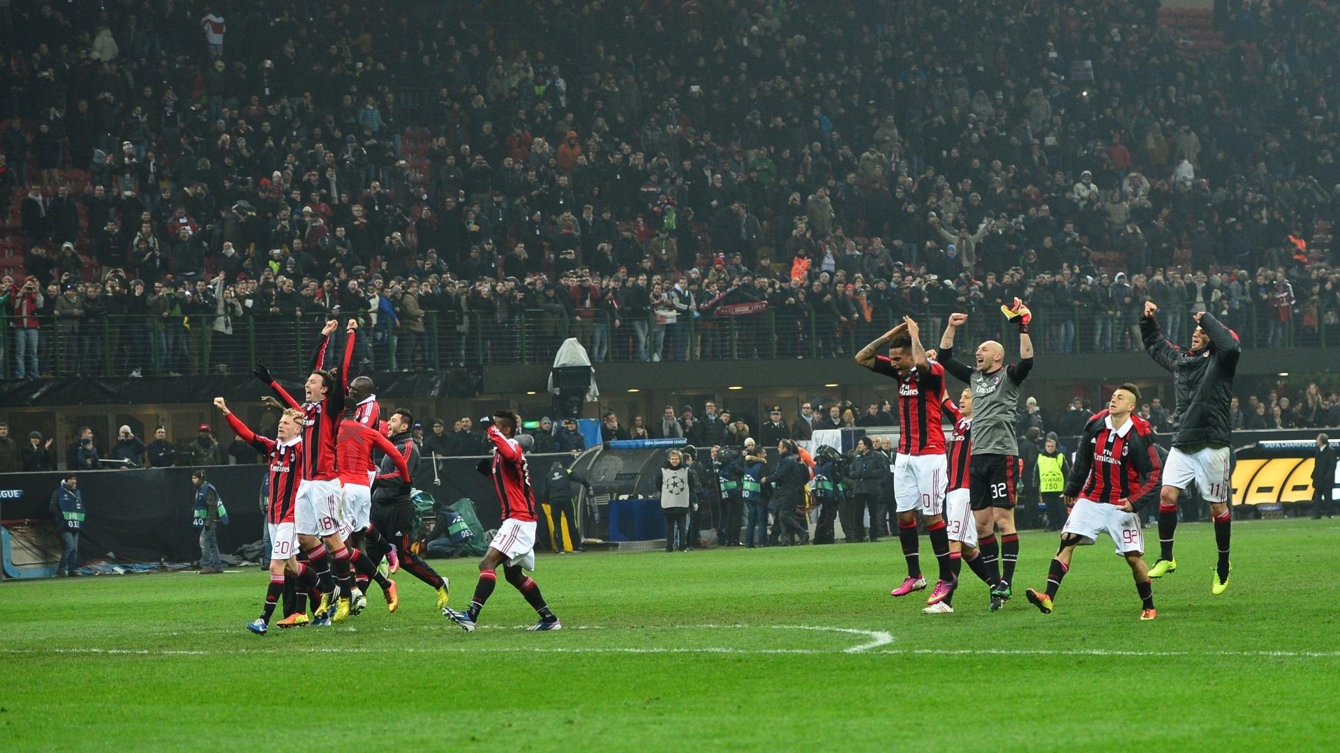 20.fev.2013 - Jogadores do Milan agradecem aos torcedores após a vitória por 2 a 0 em cima do Barcelona