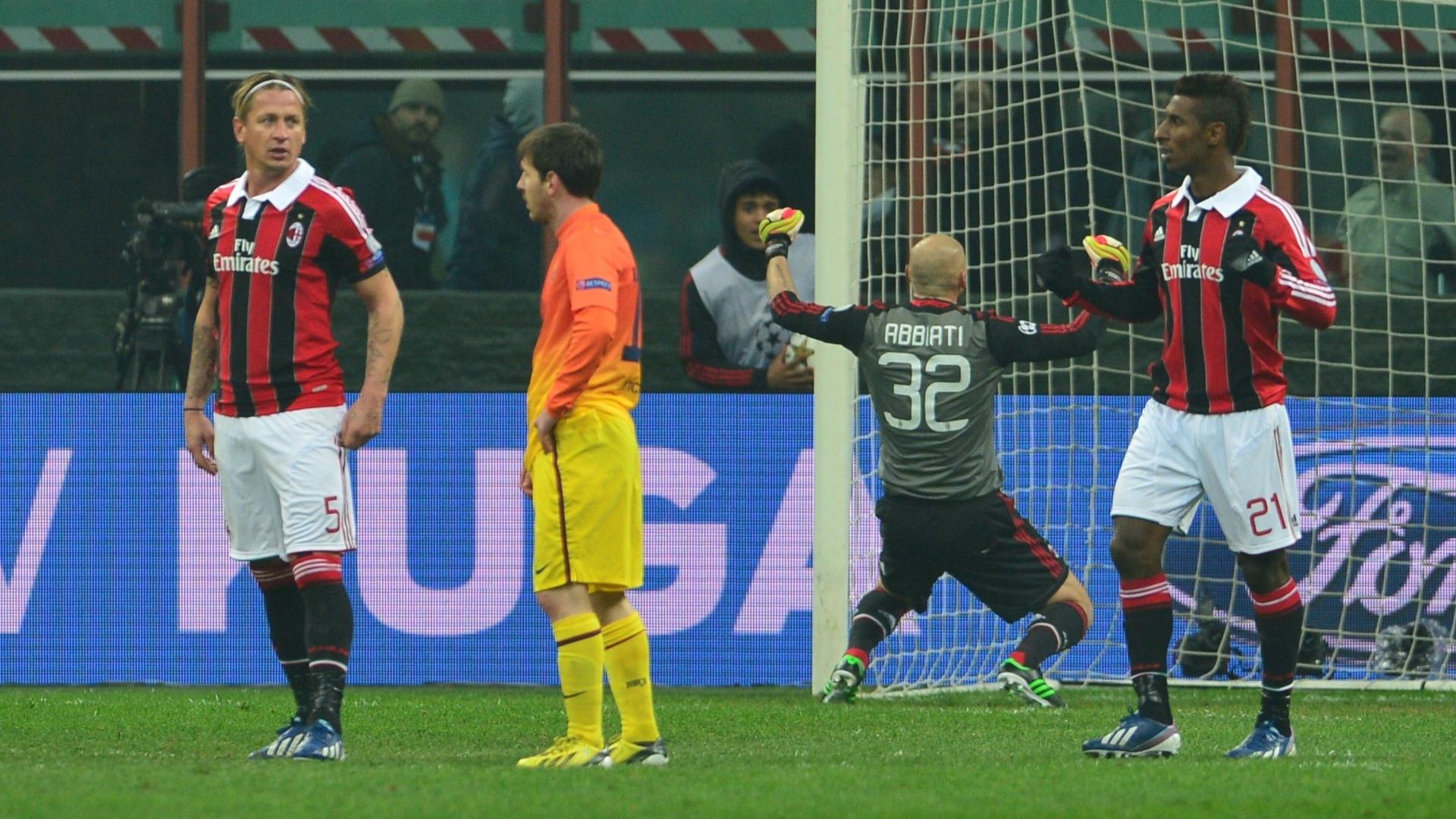 20.fev.2013 - Jogadores do Milan vibram com vitória, enquanto Messi, no centro, lamenta derrota do Barcelona