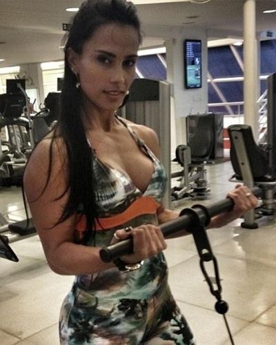 20.fev.2013 - Kelly Medeiros também voltou do Carnaval com força total. Na imagem, a ex-BBB faz exercício para trabalhar os músculos do bíceps no pulley