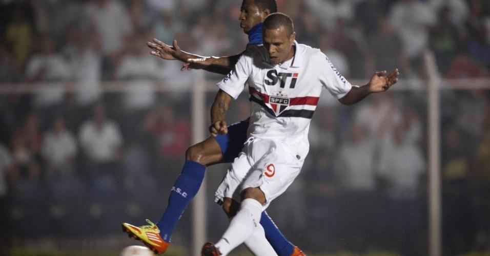 20.fev.2013 - Luis Fabiano chuta a gol para abrir o placar para o São Paulo no duelo contra o São Caetano
