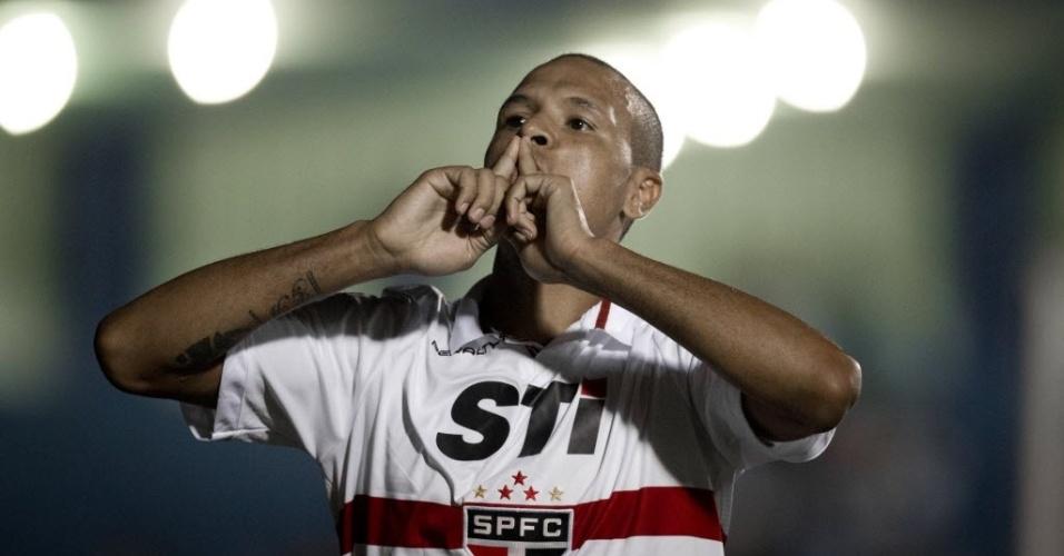 20.fev.2013 - Luis Fabiano comemora seu primeiro gol na partida contra o São Caetano, no ABC paulista