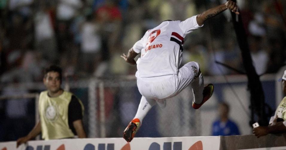 20.fev.2013 - Luis Fabiano salta placa de publicidade e corre para comemorar terceiro gol do São Paulo contra o São Caetano