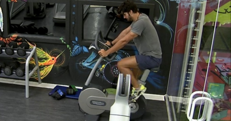 20.fev.2013 - Marcello se exercita sozinho na academia