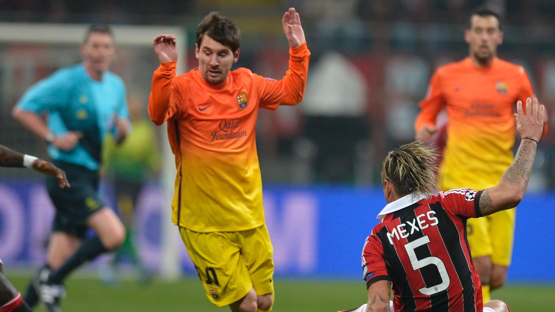 20.fev.2013 - Messi (de pé) sofre falta do defensor Mexes, do Milan