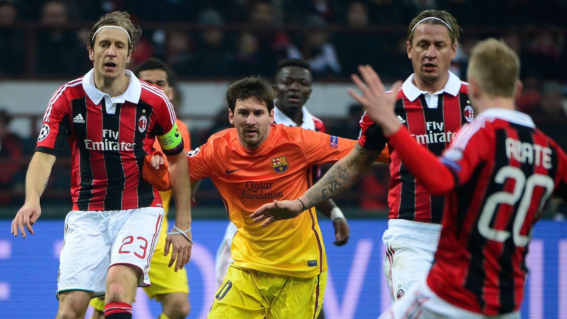 20.fev.2013 - Messi (no centro) tenta passar no meio da forte marcação do Milan