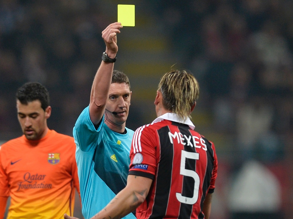 20.fev.2013 - Mexes, do Milan, toma cartão amarelo depois de cometer falta