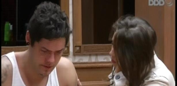 20.fev.2013 - Nasser chora ao falar sobre saída de Ivan e é consolado por Andressa