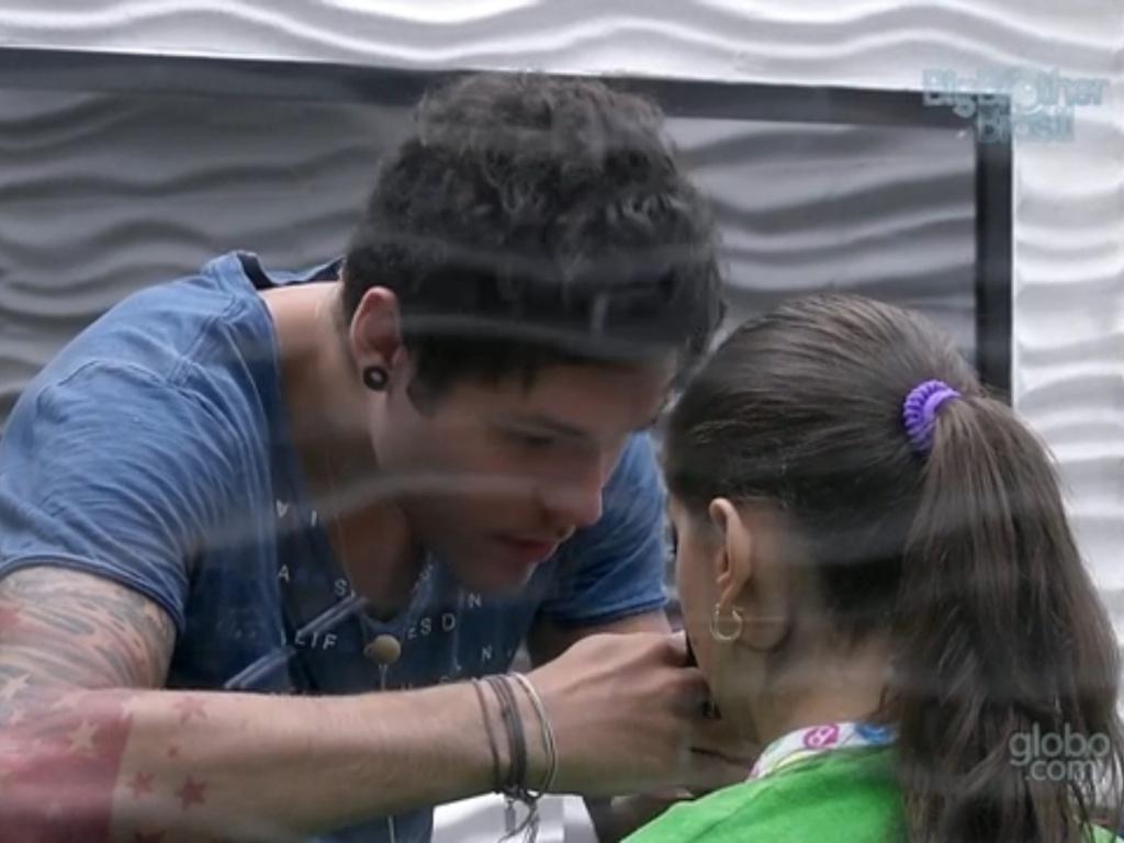 20.fev.2013 - Nasser corta franja de Andressa com lâmina de barbear, a pedido da sister