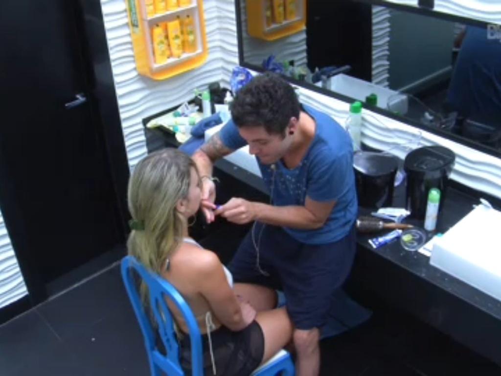 20.fev.2013 - Nasser corta franja de Fernanda com lâmina de barbear