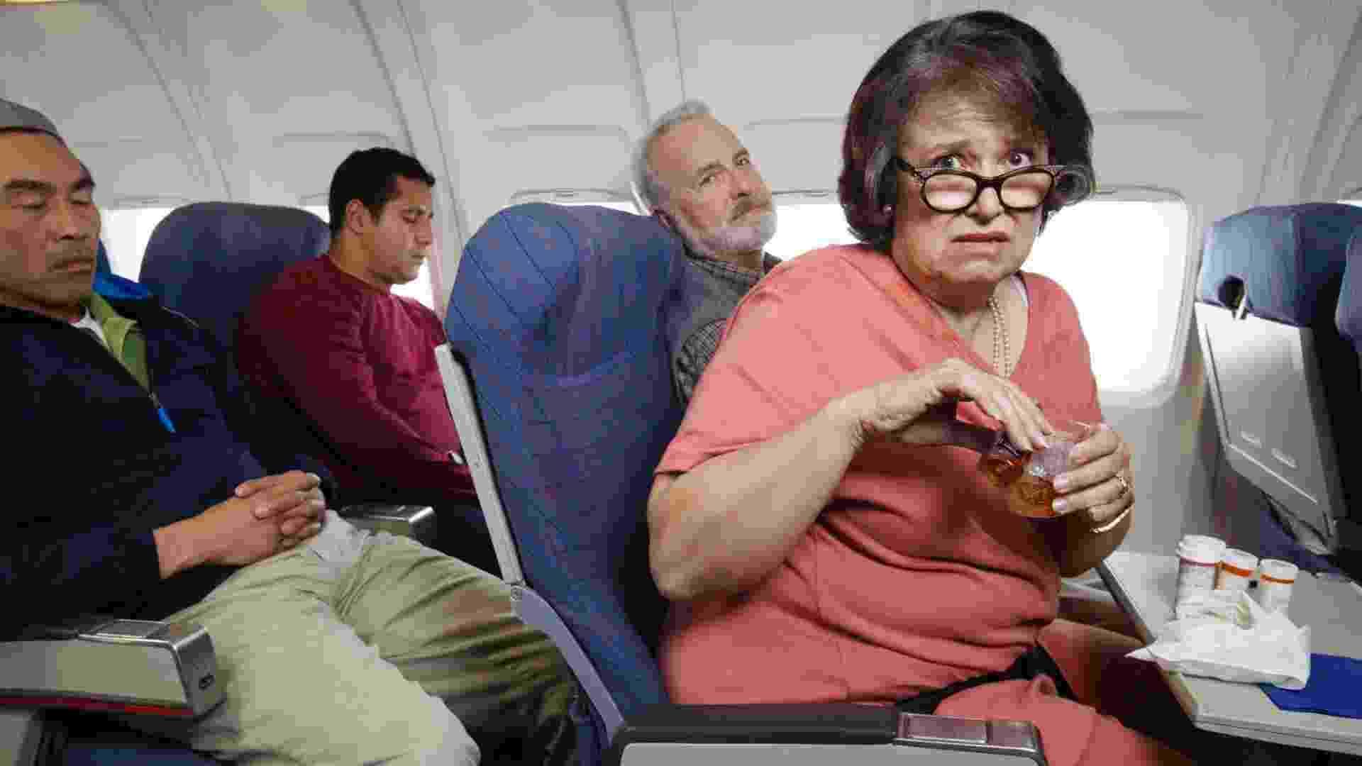 20.fev.2013 - pessoas em avião, voo, mulher preocupada - Thinkstock