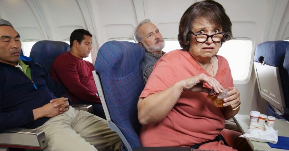 20.fev.2013 - pessoas em avião, voo, mulher preocupada