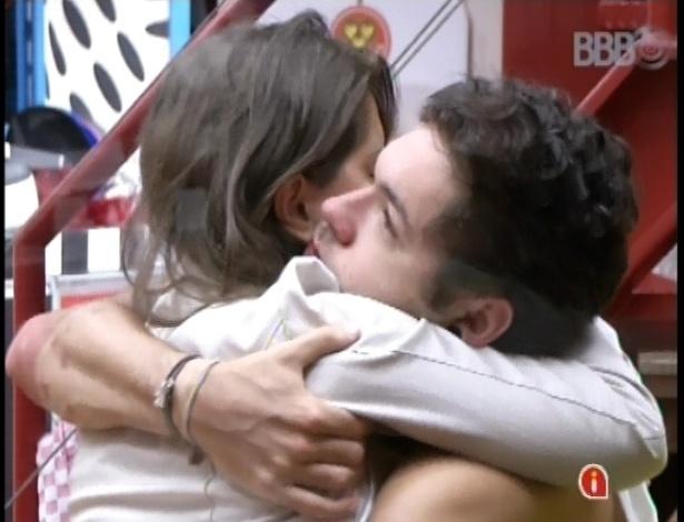 20.fev.2013 - Sentindo falta do amigo Ivan, Nasser e Andressa se abraçam