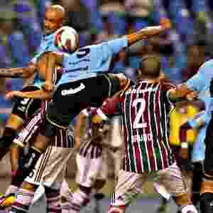 20.fev.2013 -  Souza, volante do Grêmio, cabeceia a bola em confusão na área durante partida contra o Fluminense - Julio Cesar Guimarães/UOL