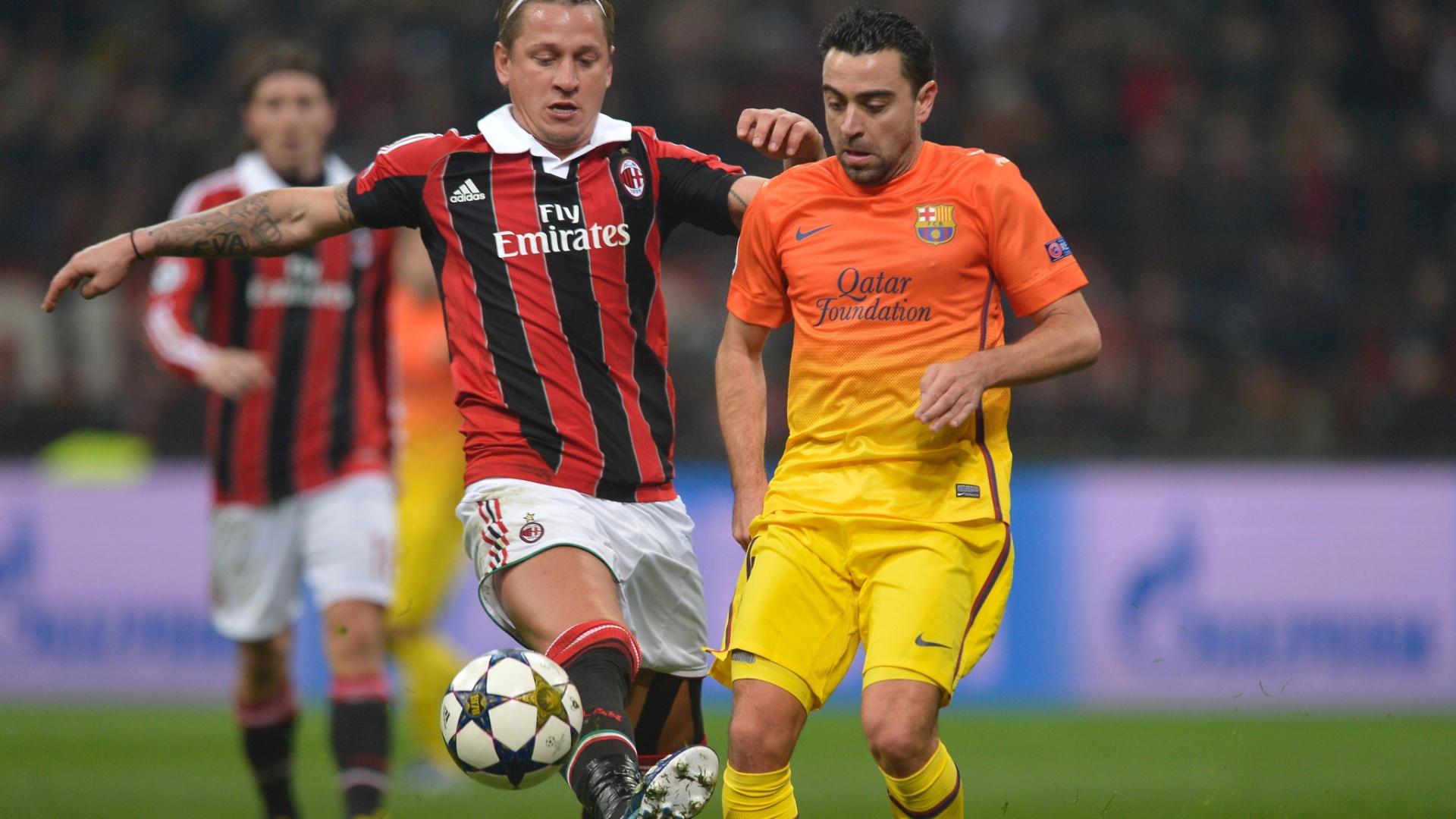 20.fev.2013 - Xavi (dir.), do Barcelona, domina a bola sob pressão de Mexes, do Milan (esq.)