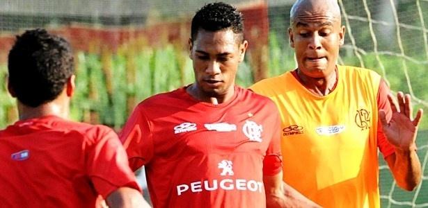 20.fev.2013 Hernane (e) disputa a jogada com Alex Silva (d) durante treino do Flamengo no CT Ninho do Urubu