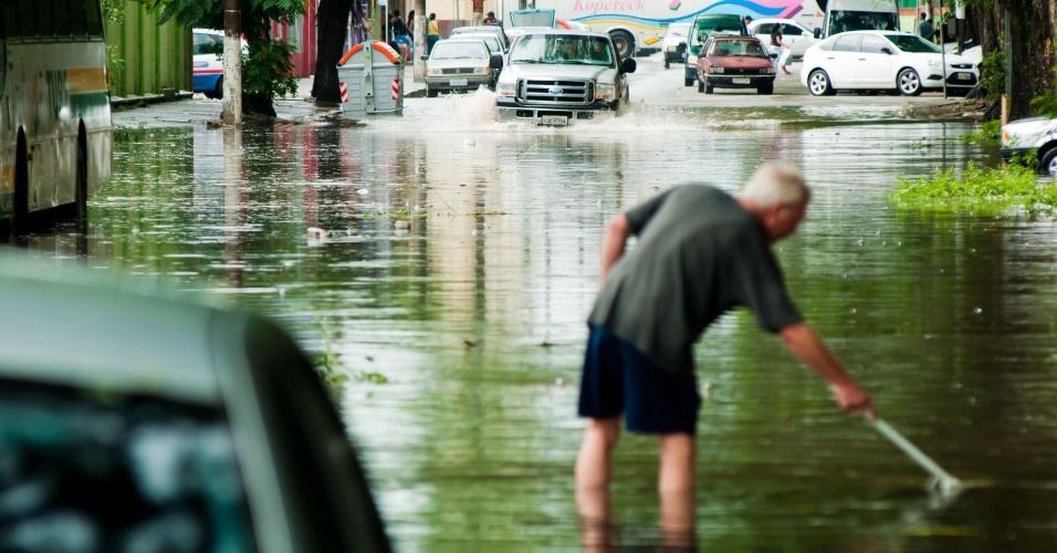20.fev.2103 - Chuva forte deixa ruas alagadas e causa outros transtornos em Pelotas (RS), nesta quarta-feira (20)
