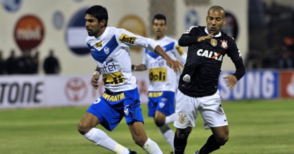 Emerson Sheik, atacante do Corinthians, tenta desarmar Carlos Tordoya, do San Jose (BOL), em duelo da Libertadores